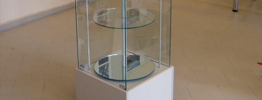 Celoskleněná vitrína O 50 (Otočné kulaté police) (175x50x50) Celoskleněná vitrína O 50 (Otočné kulaté police) (175x50x50)